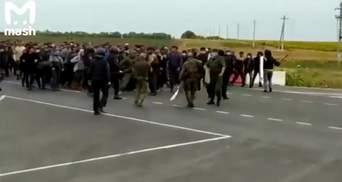 На границе России и Казахстана вспыхнули столкновения между Росгвардией и мигрантами: видео
