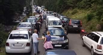 В Карпатах туристы образовали огромные пробки на дорогах: фото