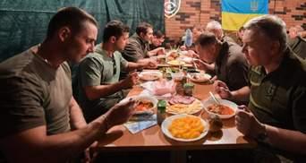 Зеленський: Іноді з військовими потрібно випити, так і роблю