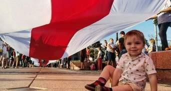 З квітами та піснями: у Білорусі люди знову вийшли на акції – події 14 серпня