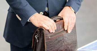 КСУ отменил ограничения зарплат госслужащим во время карантина