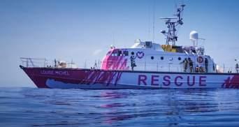 Рятувальне коло у формі серця: судно з біженцями, яке фінансує Бенксі, попросило про порятунок
