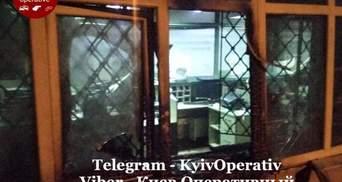 """В Киеве горело отделение """"Ощадбанка"""": фото с места происшествия"""