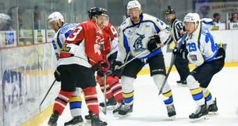 У міліметрі від трагедії: у чемпіонаті України хокеїст ледь не порізав лице арбітру – відео
