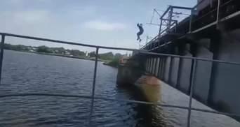 Підліток стрибнув з потяга під час руху в річку: відео
