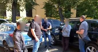Мужчина заставлял попрошайничать парня с инвалидностью и забирал деньги: детали инцидента и фото
