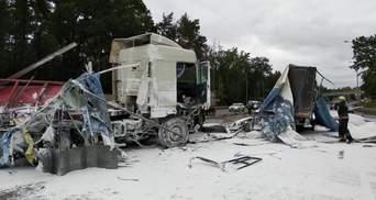 Две фуры столкнулись с микроавтобусом вблизи Белой Церкви, перекрыли движение: фото