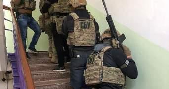 Требовал 30 тысяч долларов: СБУ поймала собственного работника на взятке – фото