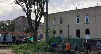 У центрі Києва біля будинку Зеленського вирубали дерева