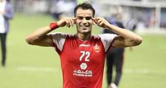 Іранського футболіста Алекасіра дискваліфікували на пів року за святкування забитого голу: відео