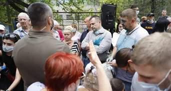 Мера Дніпра Філатова облили нашатирем на зустрічі з виборцями: деталі