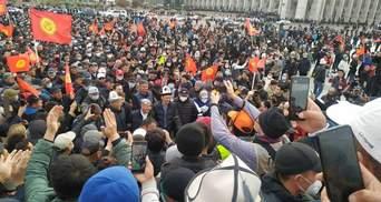 Во время протестов в Кыргызстане начались кровавые столкновения: слышны выстрелы – видео