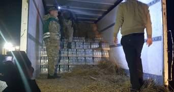 5740 пляшок горілки у сіні: львівські прикордонники знайшли контрабанду – фото і відео