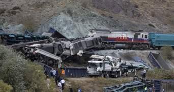 В Турции произошло лобовое столкновение поездов, есть погибшие: фото
