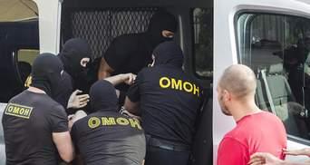 """Оточили """"коридором"""" та били кийками: відео катувань білоруських протестувальників"""