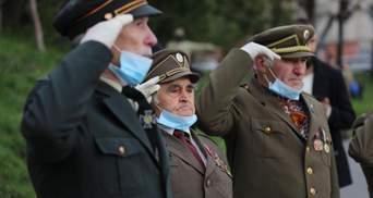 Во Львове ветераны УПА подняли украинский флаг на мемориале Героев Небесной Сотни