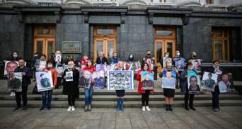 Родные пленных и пропавших военных на Донбассе пикетируют Офис Зеленского: их требования