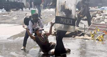 """""""Якщо не вийду – не матиму майбутнього"""": масові протести у Таїланді тривають уже третій день"""