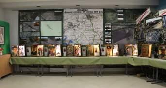 Телефоны, по которым последний раз звонили родным: щемящая выставка о погибших на Донбассе, фото