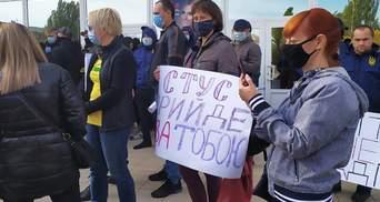 """""""Стус прийде за тобою"""": у Миколаєві пікетували зустріч Медведчука, він не приїхав"""