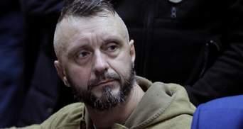 Після рішення по Антоненку під судом спалахнули сутички: відео