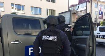 У Грузії чоловік, який захопив банк, покинув будівлю з грошима й трьома заручниками