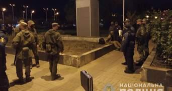 У центрі Запоріжжя чоловік стріляв у жінку та ледве не поцілив у військових: фото