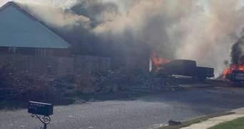Військовий літак впав у житловому кварталі в США і спалахнув: є жертви – відео