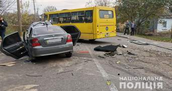 Потрійна ДТП у Рівному за участю маршрутки: є загиблий і постраждалі – фото, відео