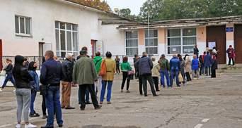 Українці вистоюють у довжелезних чергах, аби проголосувати на місцевих виборах: фото