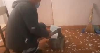 """Ножиці – надто просто: під Дніпром невикористані бюлетені """"гасили"""" сокирою – відео"""