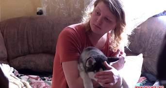 Свесила с балкона и трясла: женщина жестоко издевалась над щенком в Житомире – видео 18+