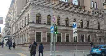 У Києві на бульварі Шевченка демонтували рекламні вивіски: фото