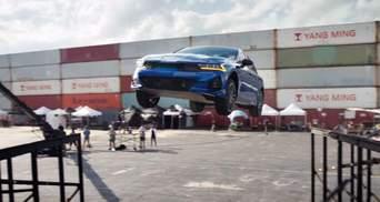 Kia K5 виконала карколомний стрибок з розворотом на 360 градусів: вражаюче відео