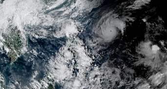 К Филиппинам приближается мощный тайфун Гони: тысячи людей эвакуируют