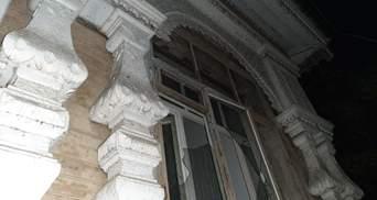 У Києві хтось знищує історичний особняк, а поряд вже вирубали дерева