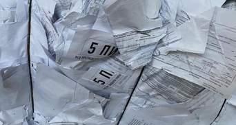 Опросы Зеленского: на помойке нашли тысячи бюллетеней с вопросами от президента – фото
