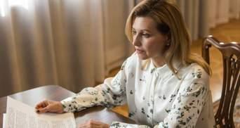 У блузці з квітковим принтом: Олена Зеленська підкорила елегантним образом – фото