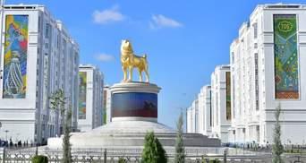 У Туркменістані встановили величезний позолочений пам'ятник улюбленого собаки президента