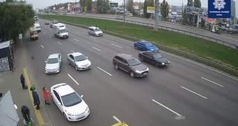 Наїзд на зупинку на Окружній: прокурори повідомили про підозру київському таксисту