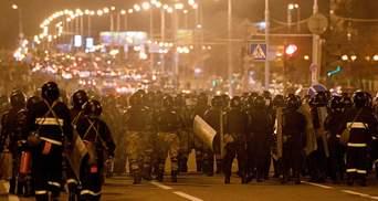 У Мінську автобус силовиків протаранив протестувальника: жахливе відео