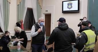Выборы в Каменце-Подольском: в ТИК вызвали полицию из-за COVID-19