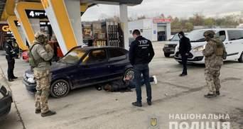 На АЗС в Закарпатье спецназ молниеносно задержал вооруженного рецидивиста с наркотиками – видео