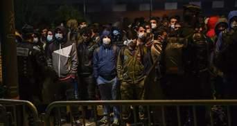Застосували сльозогінний газ: у Франції поліція демонтувала наметовий табір мігрантів – фото