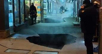 У Харкові на вході до великого ринку масштабно обвалився асфальт: відео