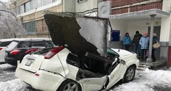 У Росії бетонна плита розчавила автівку: власник дивом живив – відео інциденту