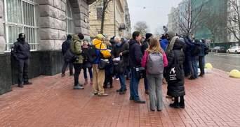 Під будівлю СБУ прийшли протестувати через обшуки в Музеї Революції Гідності