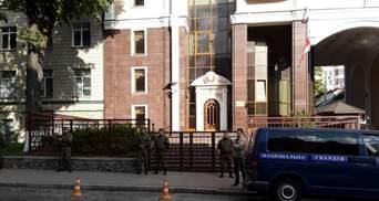 7 годин на колінах: білорус влаштував акцію біля посольства Білорусі у Києві – фото