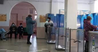 У Слов'янську люди фотографуються біля виборчих урн, щоб виграти iPhone 12: фото