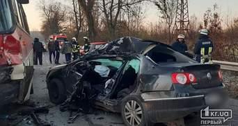 В Кривом Роге в смертельной аварии столкнулись автобус и 2 легковушки: фото